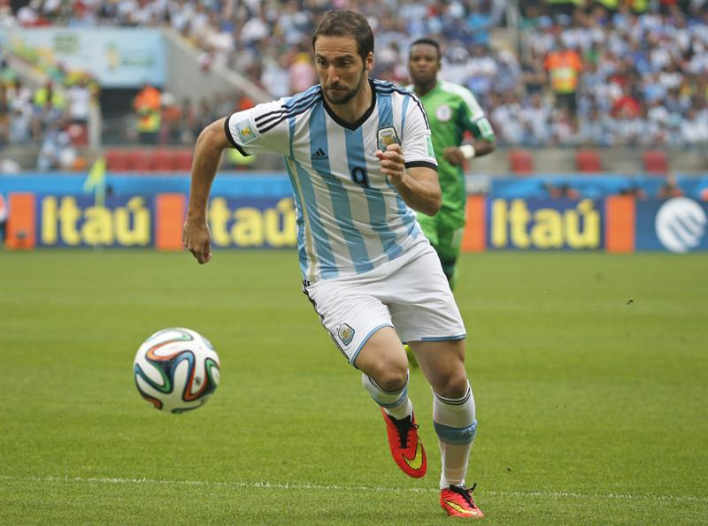 Argentina's Gonzalo Higuain controls the ball during the FIFA World Cup 2014 group F. EFE