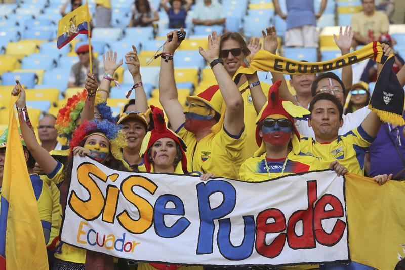Aficionados de Ecuador ante del partido Ecuador-Francia, del Grupo E. EFE