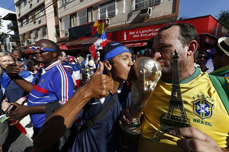 Aficionados franceses momentos antes del partido Ecuador-Francia, del Grupo E del Mundial de Fútbol de Brasil. EFE