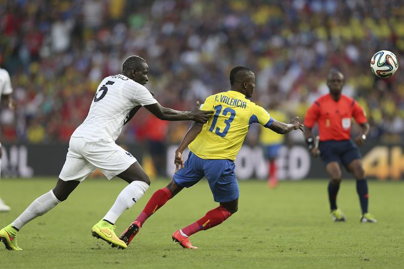El defensa francés Mamadou Sakho (i) y el delantero ecuatoriano Enner Valencia, durante el partido. EFE
