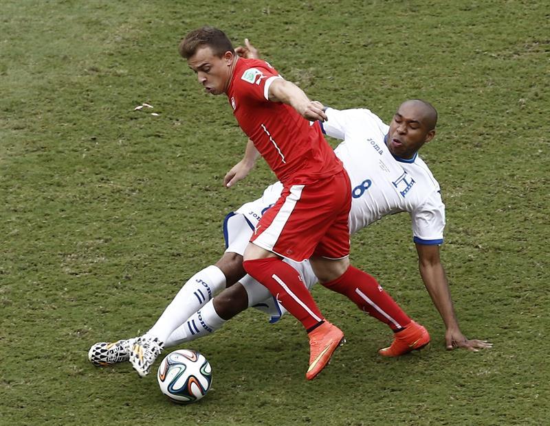 El centrocampista hondureño Wilson Palacios (d) y el centrocampista suizo Xherdan Shaqiri . EFE