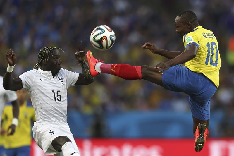 El centrocampista ecuatoriano Walter Ayoví (d) golpea el balón ante el defensa francés Bacary Sagna. EFE