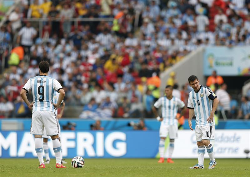 El delantero argentino Gonzalo Higuaín (i) y su compañero Lionel Messi (d), durante el partido Nigeria-Argentina. EFE