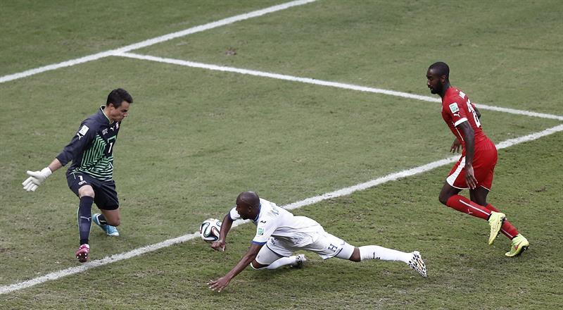 El centrocampista hondureño Wilson Palacios (c) cae ante el guardameta suizo Diego Benaglio (i),. EFE