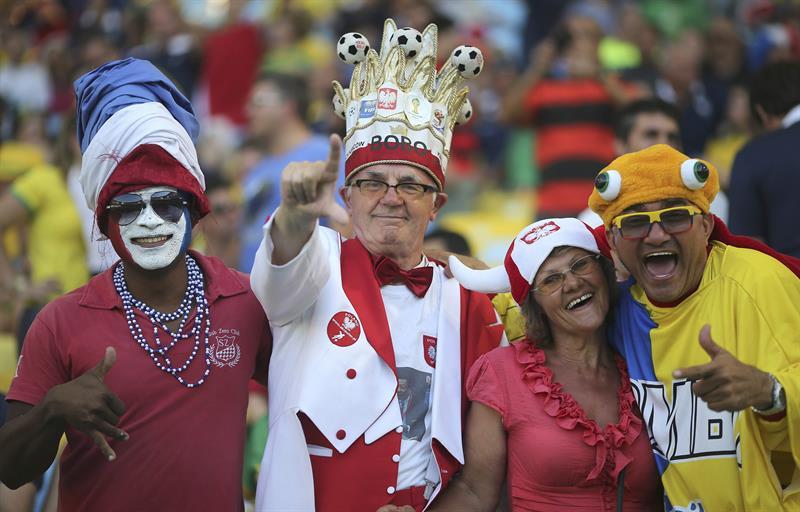 Aficionados de Ecuador y Francia antes del partido Ecuador-Francia. EFE