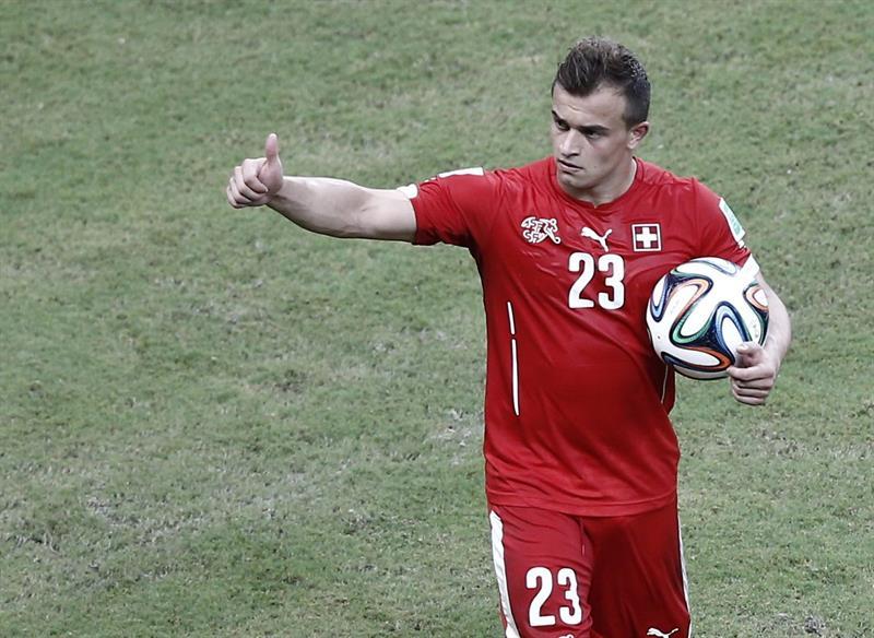 El centrocampista suizo Xherdan Shaqiri se lleva el balón tras marcar tres goles en el partido Honduras-Suiza. EFE