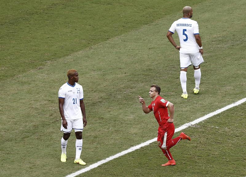 El centrocampista suizo Xherdan Shaqiri celebra el primer gol marcado a la selección hondureña. EFE