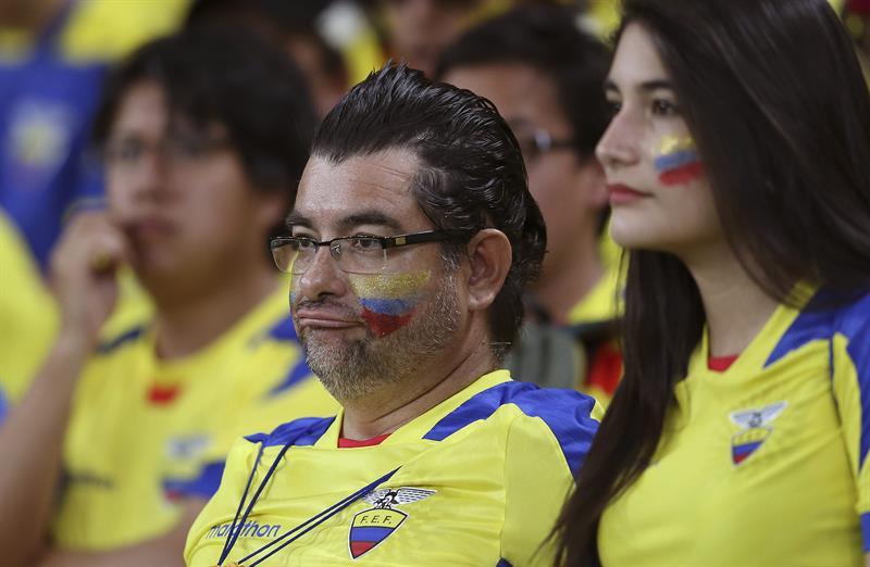 Aficionados ecuatorianos lamenta la eliminación de su selección al término del partido Ecuador-Francia. EFE