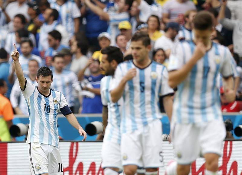 El delantero argentino Lionel Messi celebra el segundo gol marcado a la selección nigeriana, durante el partido Nigeria-Argentina. EFE