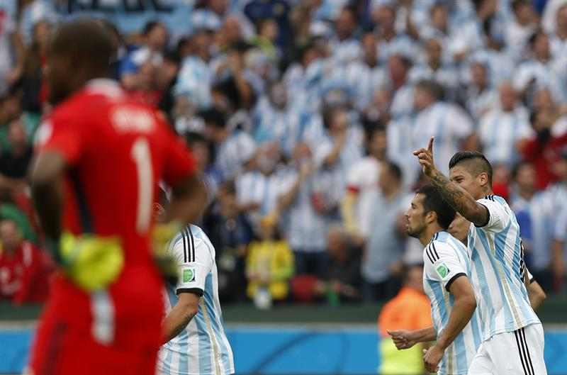 El delantero argentino Ezequiel Lavezzi (i) controla el balón ante el centrocampista nigeriano Ogenyi Onazi, durante el partido Nigeria-Argentina. EFE