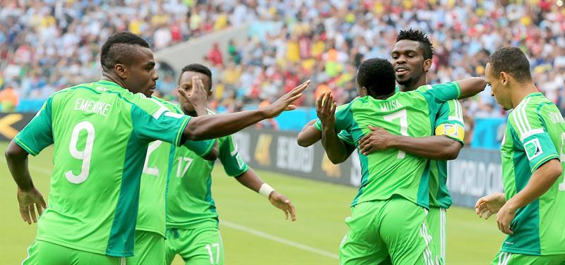 Ahmed Musa (C) of Nigeria celebrates with teammates after scoring the equalizer during the FIFA World Cup 2014 group F. EFE