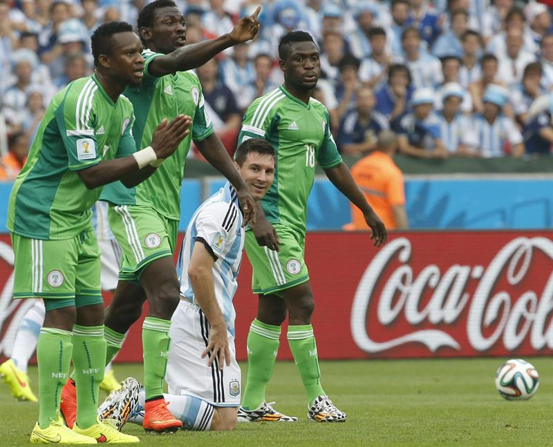 Argentina's Lionel Messi (2-R) smiles as Nigeria's players object during the FIFA World Cup 2014 group F. EFE