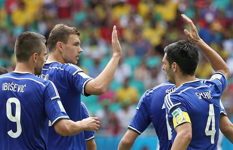 Edin Dzeko of Bosnia-Herzegovina (2L) celebrates with teammates after scoring the 1-0 during the FIFA World Cup 2014 group F. EFE