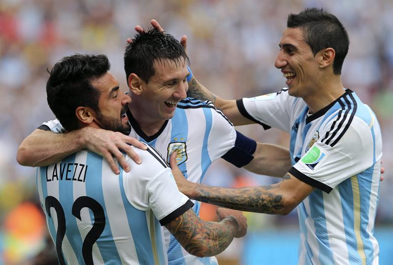 El delantero argentino Lionel Messi (c) celebra con su compañero, el delantero argentino Ezequiel Lavezzi (i) y el centrocampista argentino Ángel di María. EFE