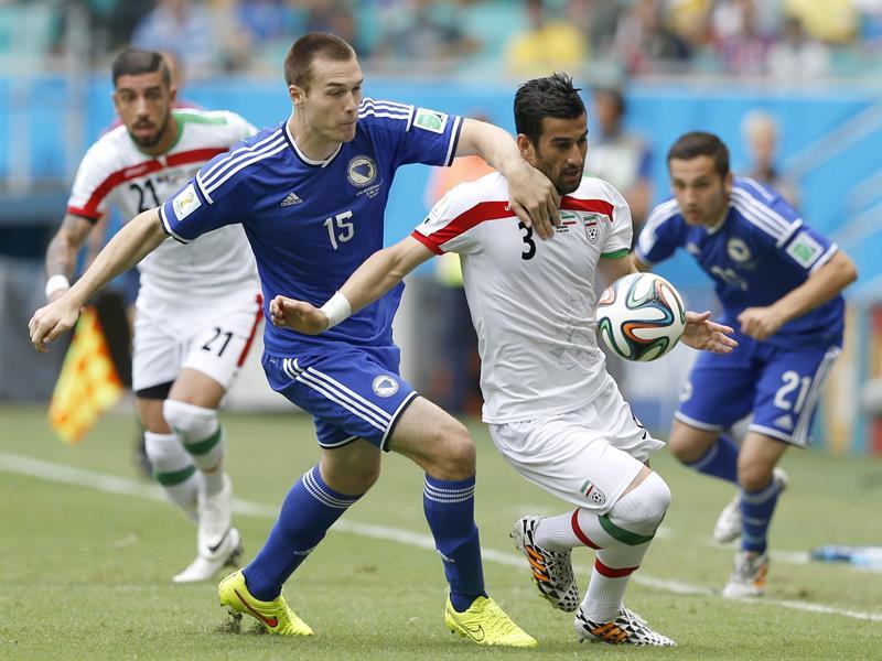 Toni Sunjic (L) of Bosnia-Herzegovina in action with Ehsan Haji Safi of Iran during the FIFA World Cup 2014 group F. EFE