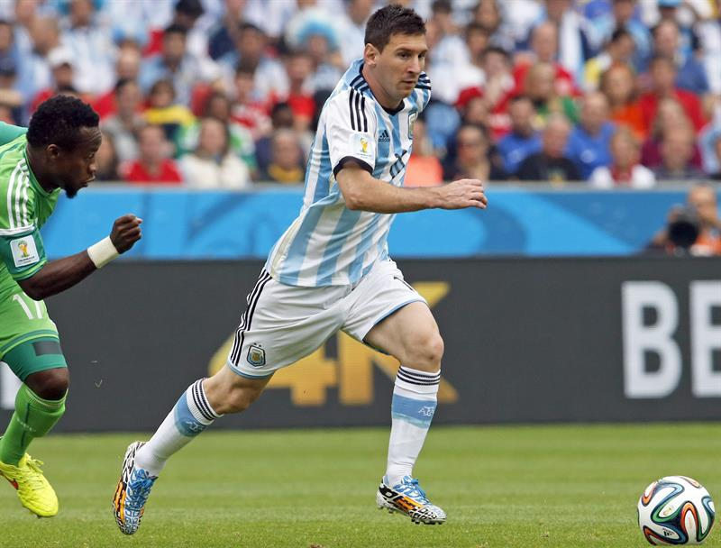 Argentina's Lionel Messi controls the ball during the FIFA World Cup 2014 group F preliminary round match between Nigeria. EFE