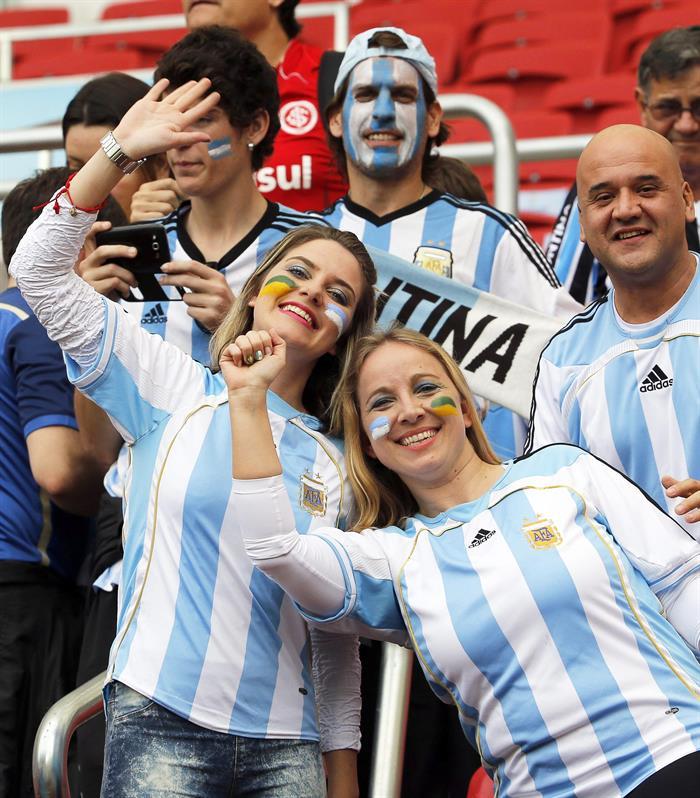 Hinchas de Argentina en el encuentro Nigeria-Argentina, por el Grupo F del Mundial Brasil 2014. EFE