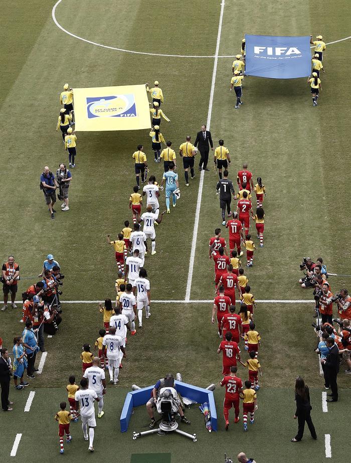 El once inicial de Honduras y Suiza al comienzo del partido Honduras-Suiza. EFE