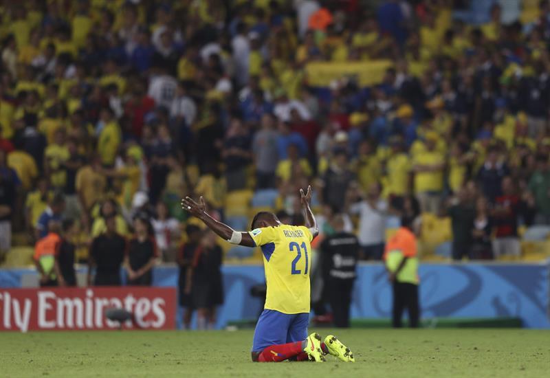 El defensa ecuatoriano Gabriel Achilier durante el partido Ecuador-Francia, del Grupo E del Mundial . EFE