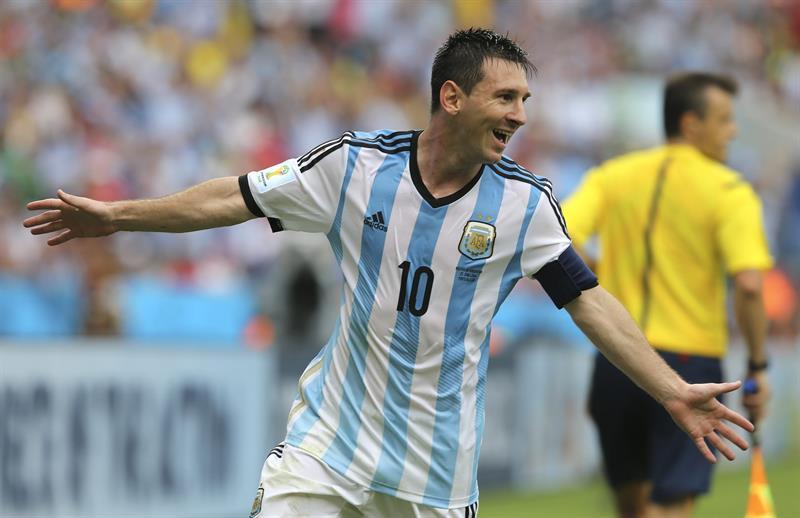 El entrenador, Alejandro Sabella, celebra el segundo gol marcado por el delantero argentino Lionel Messi durante el partido Nigeria-Argentina. EFE