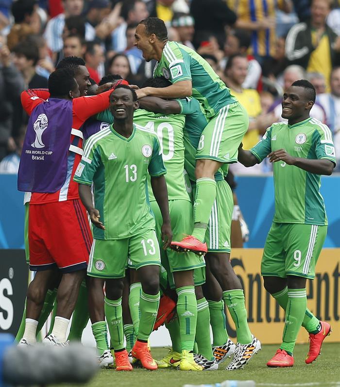 Los jugadores de Nigeria celebran el segundo gol marcado ante Argentina, por su compañero, delantero nigeriano. EFE