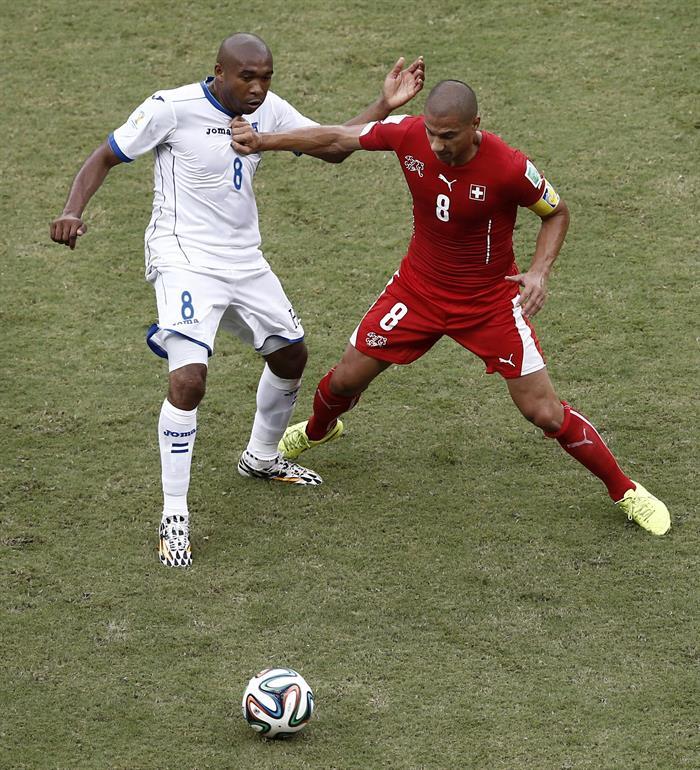 El centrocampista hondureño Wilson Palacios (i) lucha un balón con el centrocampista suizo Gokhan Inler (d). EFE