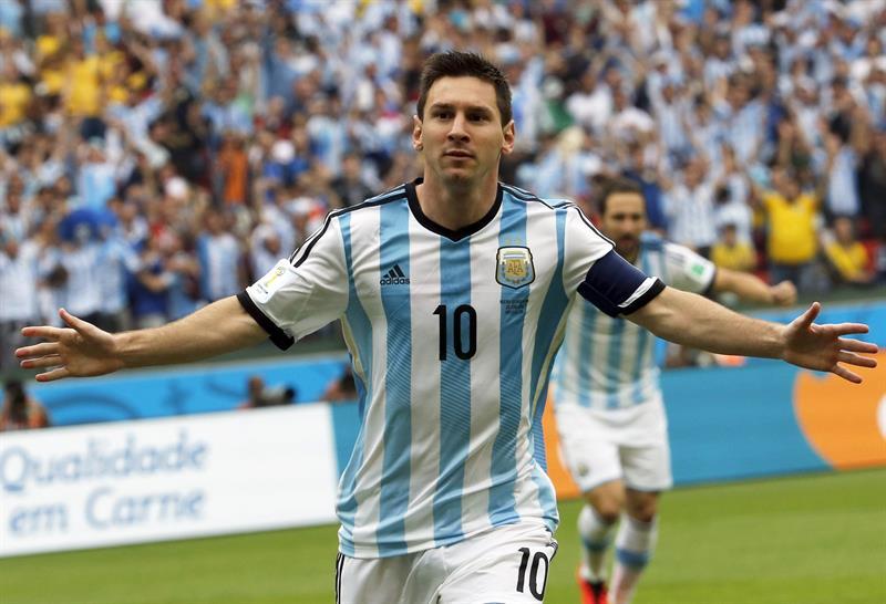 El delantero argentino Lionel Messi celebra el gol marcado ante la selección nigeriana durante el partido Nigeria-Argentina. EFE
