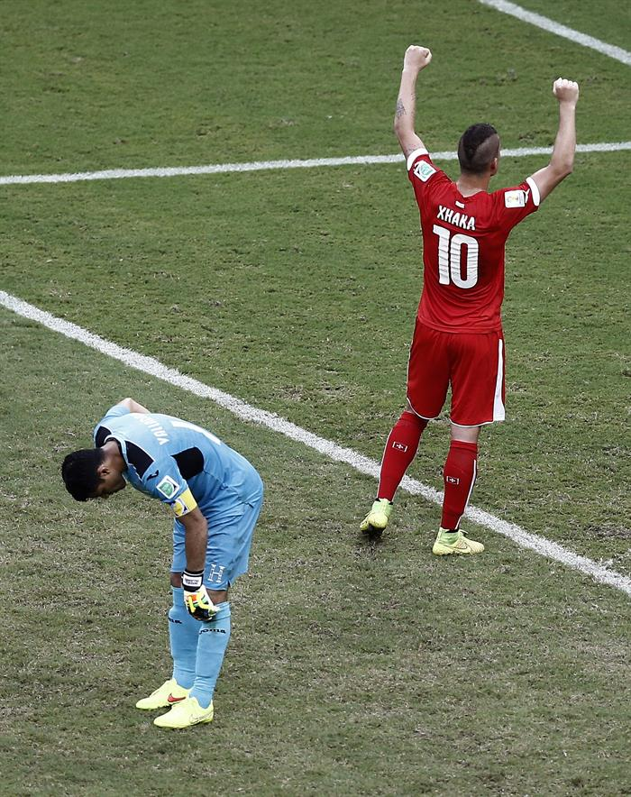 El centrocampista suizo Granit Xhaka (d) ante el guardameta hondureño Noel Valladares al finalizar el partido. EFE
