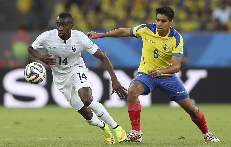 El centrocampista francés Blaise Matuidi (i) controla el balón seguido por el centrocampista ecuatoriano Cristhian Noboa. EFE