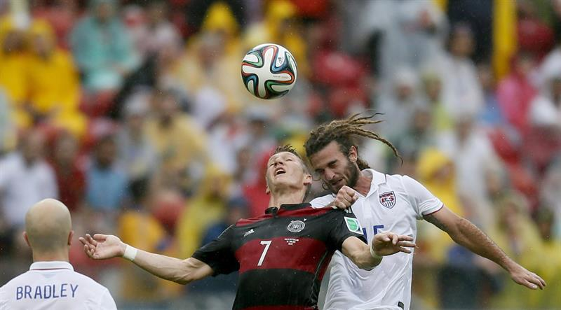 Bastian Schweinsteiger (C) of Germany vies with Kyle Beckerman of the USA during the FIFA World Cup 2014 group G. EFE