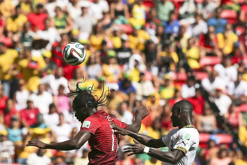 Portugal player Eder vies for the ball with Jonathan Mensah (R) of Ghana during the FIFA World Cup 2014 group G. EFE