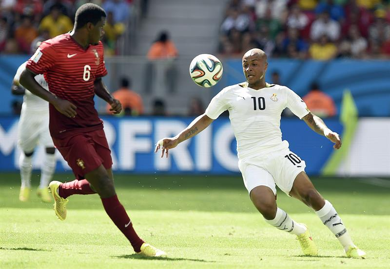 Andre Ayew of Ghana (R) and William of Portugal in action during the FIFA World Cup 2014 group G. EFE