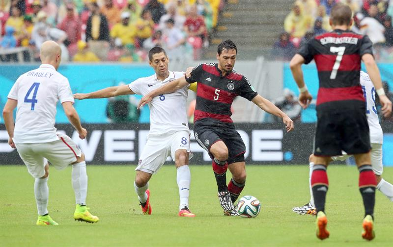Clint Dempsey (2-L) of the USA in action against Mats Hummels (C) of Germany during the FIFA World Cup 2014 group G. EFE