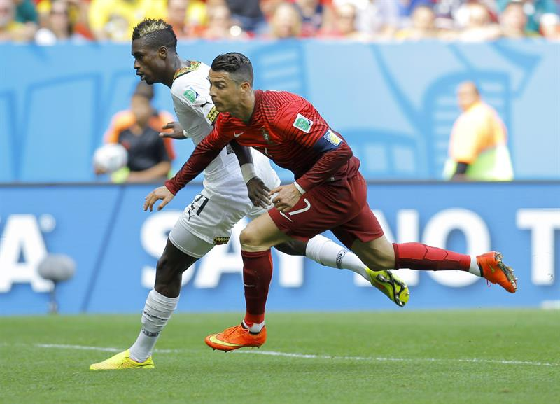 Cristiano Ronaldo (R) of Portugal in action with John Boye of Ghana during the FIFA World Cup 2014 group G. EFE