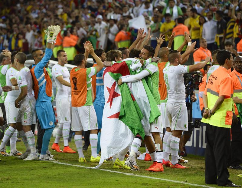 Slimani mete a Argelia en octavos y elimina a Rusia. EFE