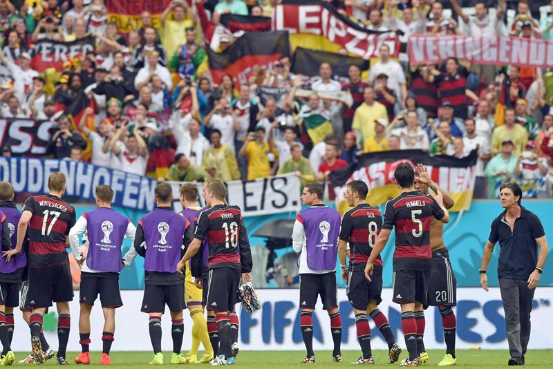 Germany's head coach Joachim Loew (R) and players celebrate with the fans after the FIFA World Cup 2014 group G. EFE