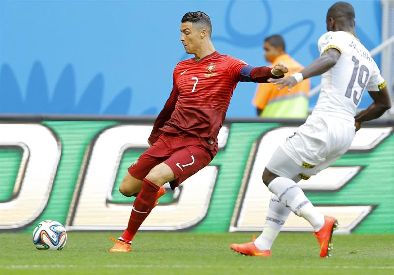 Cristiano Ronaldo (L) of Portugal in action with Jonathan Mensah of Ghana during the FIFA World Cup 2014 group G. EFE