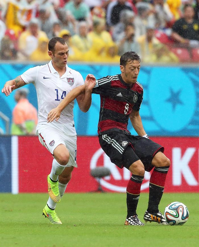Brad Davis (L) of the USA in action against Mesut Oezil (R) of Germany during the FIFA World Cup 2014 group G. EFE