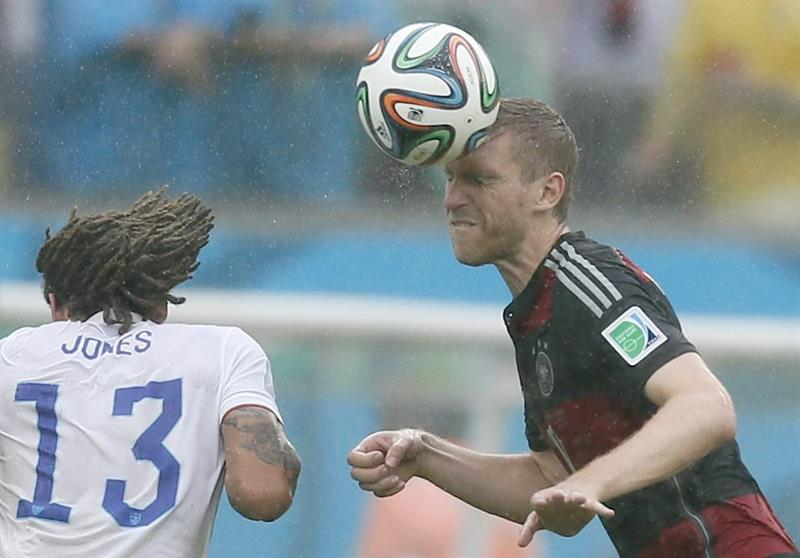 Jermaine Jones (L) of the USA vies with Per Mertesacker of Germany during the FIFA World Cup 2014 group G. EFE
