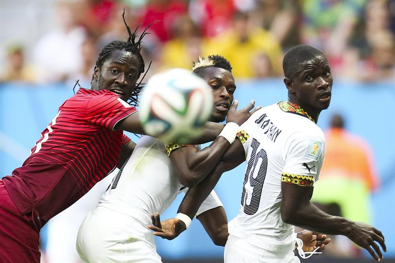 Portugal's Eder (L), Ghana's Jonathan Mensah (R) and John Boye (C) of Ghana vie for the ball during the FIFA World Cup 2014. EFE