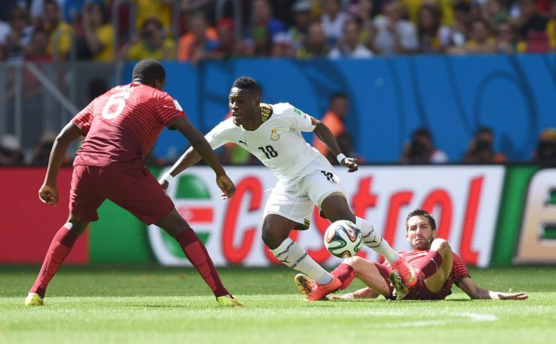 Andre Ayew (C) of Ghana in action against Ruben Amorim (R) and William of Portugal during the FIFA World Cup 2014 group G. EFE