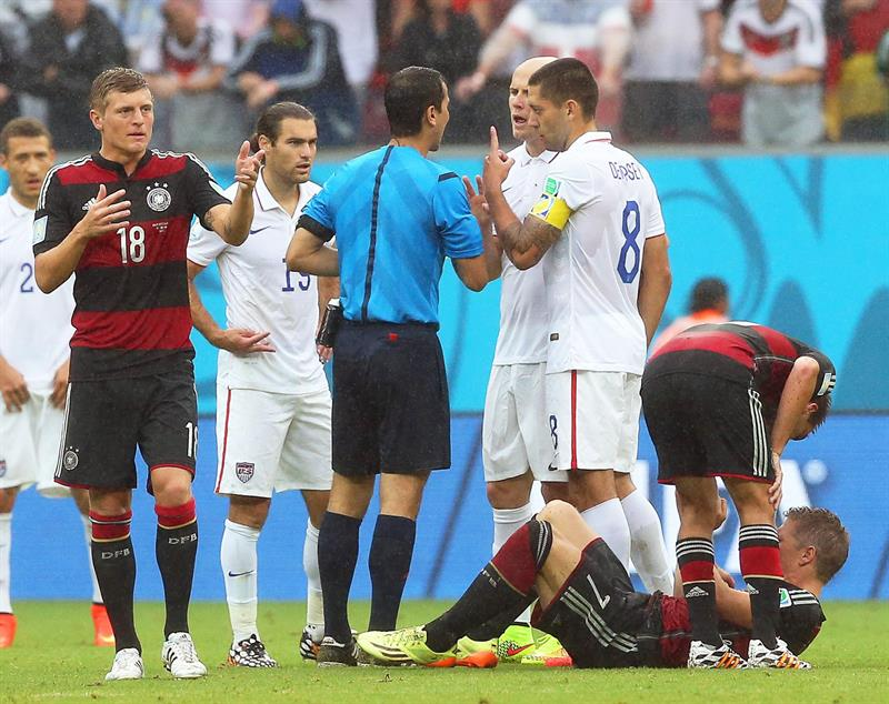 Clint Dempsey (C-R) of the USA argues with referee Ravshan Irmatov (C) of Uzbekistan during the FIFA World Cup 2014 group G. EFE