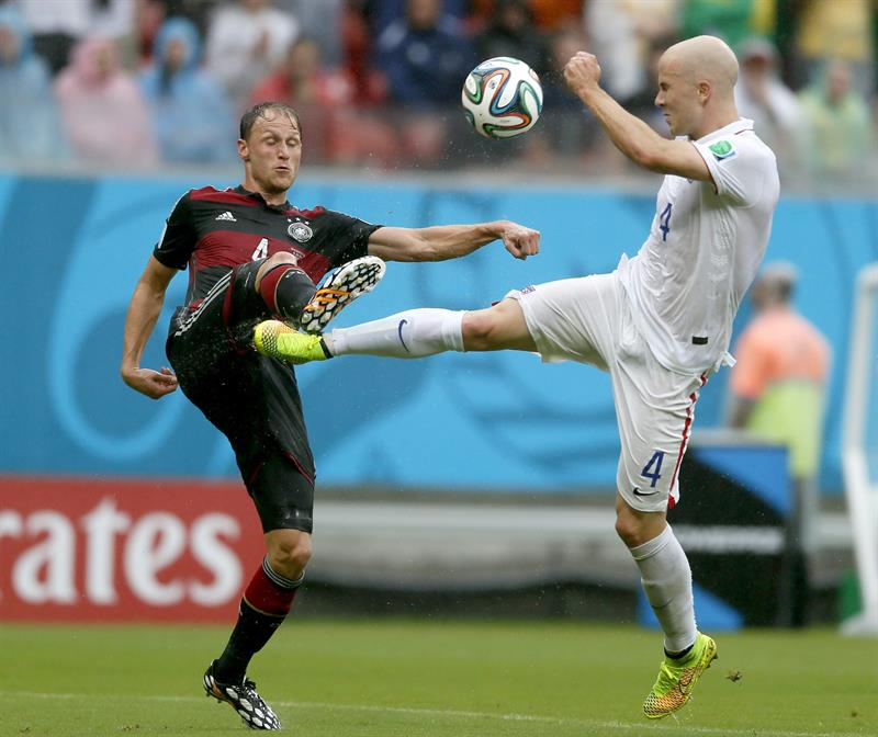 Benedikt Hoewedes (L) of Germany vies with Michael Bradley of the USA during the FIFA World Cup 2014 group G. EFE