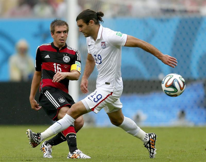 hilipp Lahm (L) of Germany vies with Graham Zusi of the USA during the FIFA World Cup 2014 group G. EFE