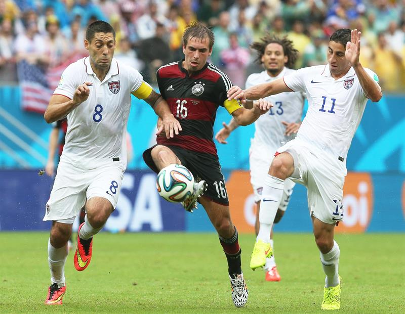 Philipp Lahm (C) of Germany in action against US players Clint Dempsey (L) and Alejandro Bedoya (R) during the FIFA World Cup 2014 group G. EFE