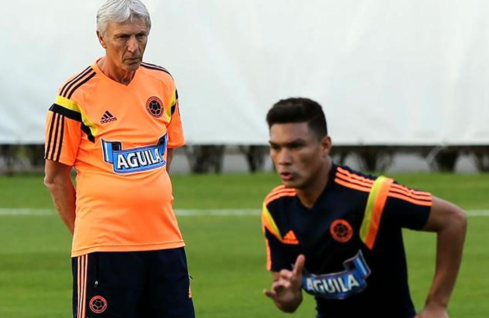 El director técnico de la selección Colombia, José Pekerman (i), observa a su jugador Teófilo Gutiérrez.. Foto: EFE
