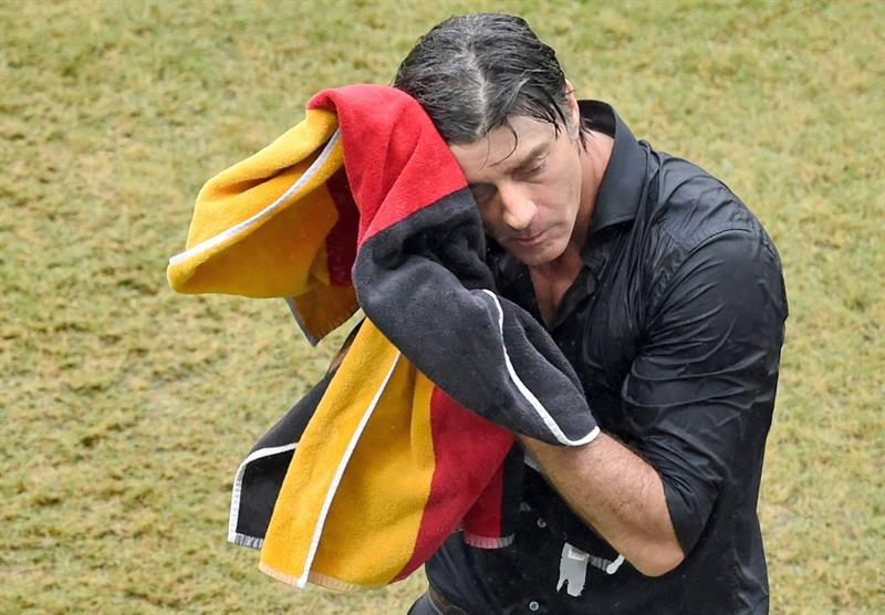 Germany's head coach Joachim Loew dries his face with a towel during the FIFA World Cup 2014 group G. EFE