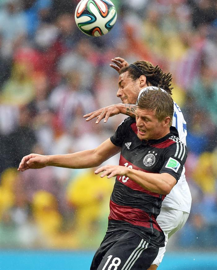 Germany's Toni Kroos (front) and USA's Jermaine Jones of the US vie for the ball during the FIFA World Cup 2014 group G. EFE
