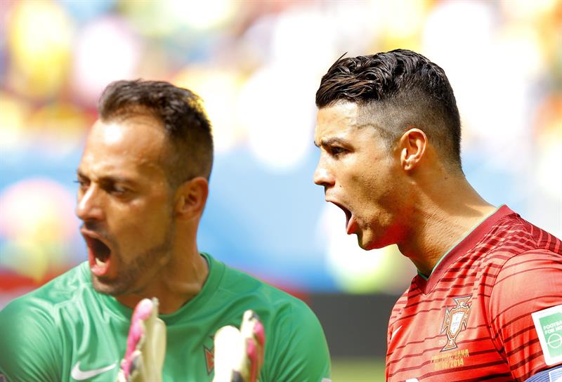 Cristiano Ronaldo (R) and goalkeeper Beto of Portugal before the FIFA World Cup 2014 group G. EFE