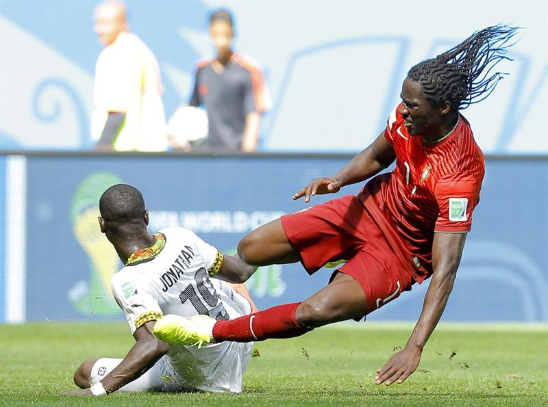 Eder (R) of Portugal in action with Jonathan Mensah of Ghana during the FIFA World Cup 2014 group G. EFE
